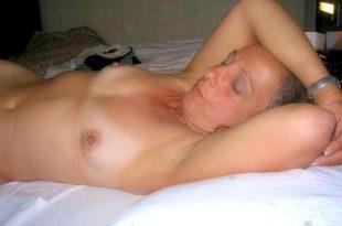 Nue et sexy au lit