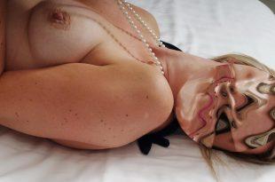 Seins nus allongé sur le lit