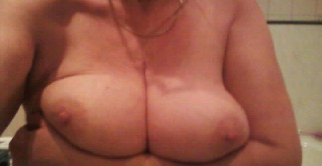 Photo sexy de mes seins dans la salle de bain