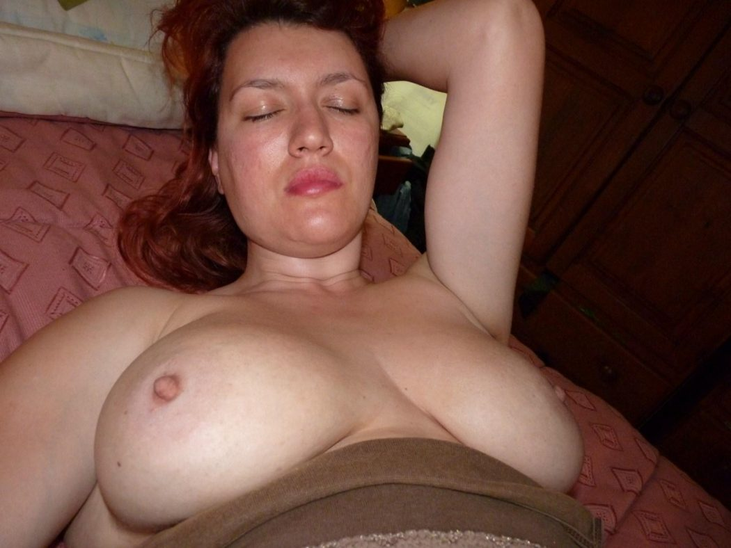 mature vulgaire aux seins enormes se caresse