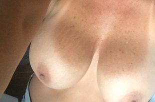 Mes gros seins sexy et bronzé