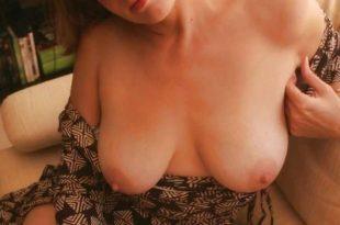 Moi topless dans le salon