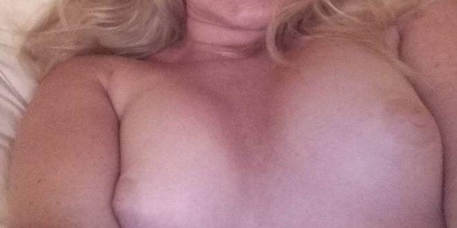 Selfie topless et torride au lit