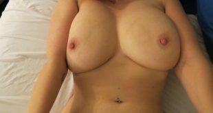 Nue au lit très coquine